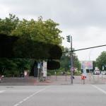Der dunkel markierte Bereich stellt in etwa die Silhouette der Station St. Pauli der Musical-Seilbahn dar. Durch die zweidimensionale Projektion sind hier die Größenverhältnisse ein wenig irritierend: Die Station ist höher als die Ampel, und die Gondeln hängen etwa 1,5 bis zwei Meter über den Köpfen der Passant*innen