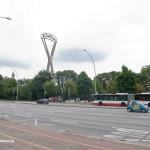 Der Nordpylon im Alten Elbpark überragt mit seinen 92 Metern sämtliche Gebäude in der Nachbarschaft. Nur der Michel iat mit 132 Metern höher. Das Bismarckdenkmal erreicht mit dem Sockel eine Höhe von 34,3 Metern. Auf diesem Bild stimmt die Ausrichtung der Stütze nicht so ganz, tatsächlich wäre von diesem Standort aus mehr die Schmalseite zu sehen.