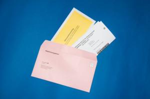 """Stecken Sie den ausgefüllten Abstimmungsschein und den gelben Stimmzettelumschlag in den """"Abstimmungsbrief"""""""