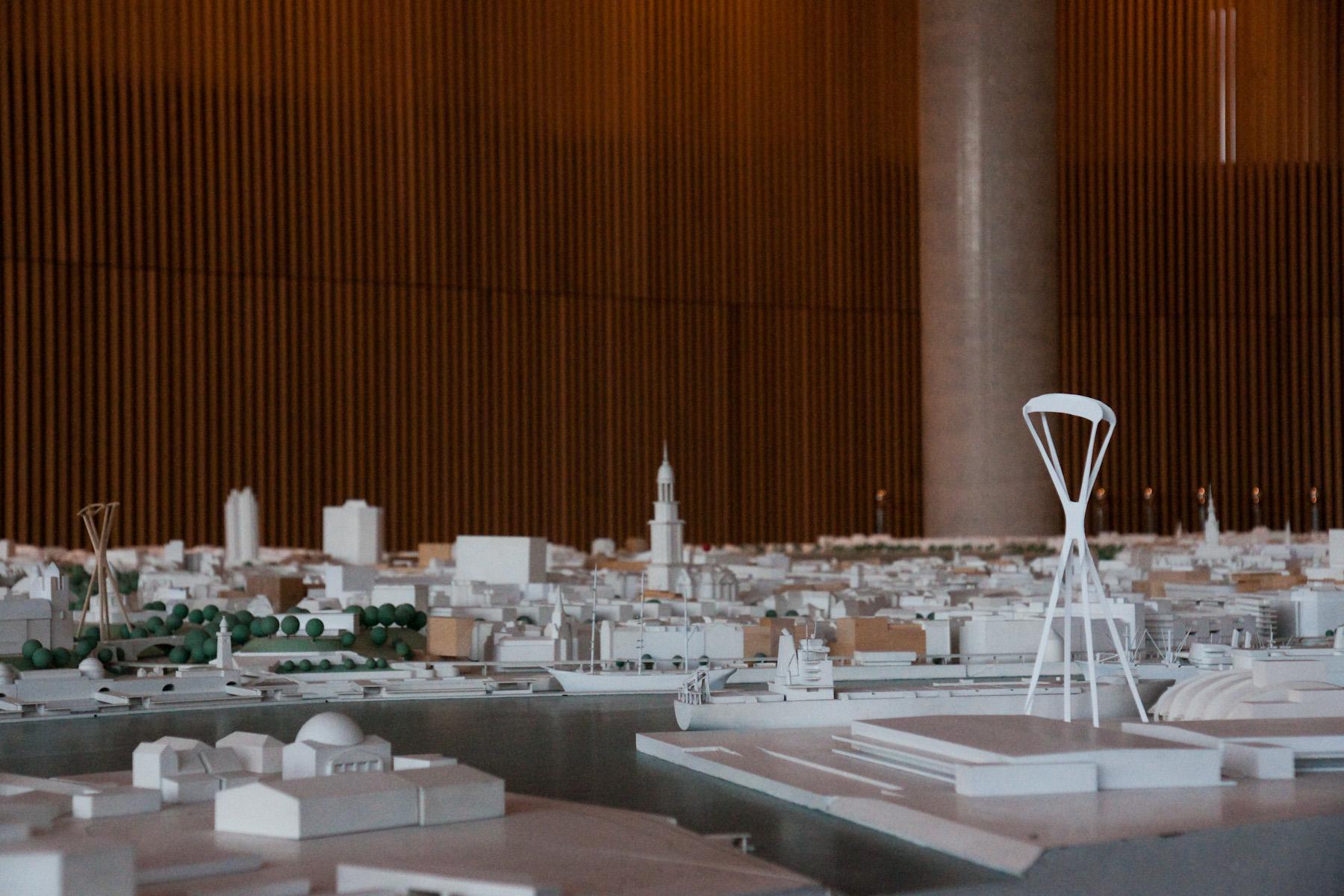 """Auch im Stadtmodell ist erkennbar, dass der Pylon im Alten Elbpark alles andere überragt. Nur der Turm des Michel ist noch höher. """"Filigran"""" wirkt die Stütze..."""
