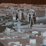 Im Stadtmodell der BSU (Maßstab 1:500) fehlte der Süd-Pylon – wir haben ihn ergänzt. Hier wird deutlich, dass die Stütze alle anderen Gebäude überragt. Auch die Elbhilharmonie ist mit etwa 110 Metern fast 20 Meter niedriger.